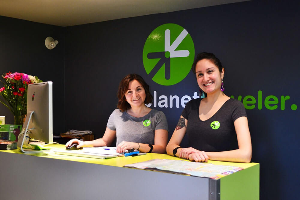 2-tjejer i receptionen Planet Traveler
